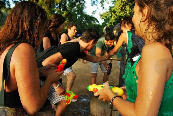 Jugar con agua en carnavales ¡Es lo máximo!