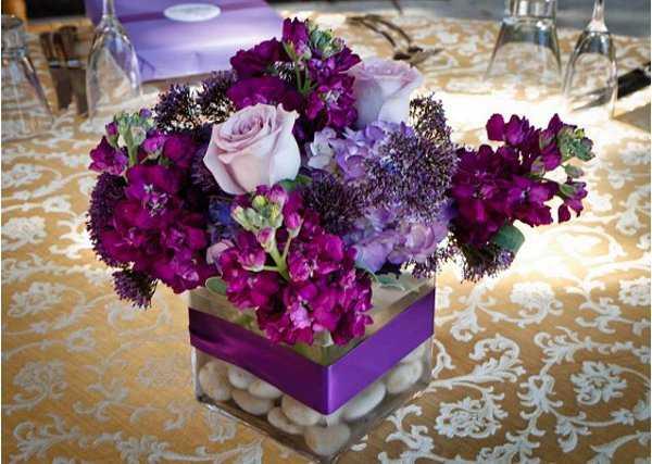 Arreglo color lila para la mesa de la primera comunión